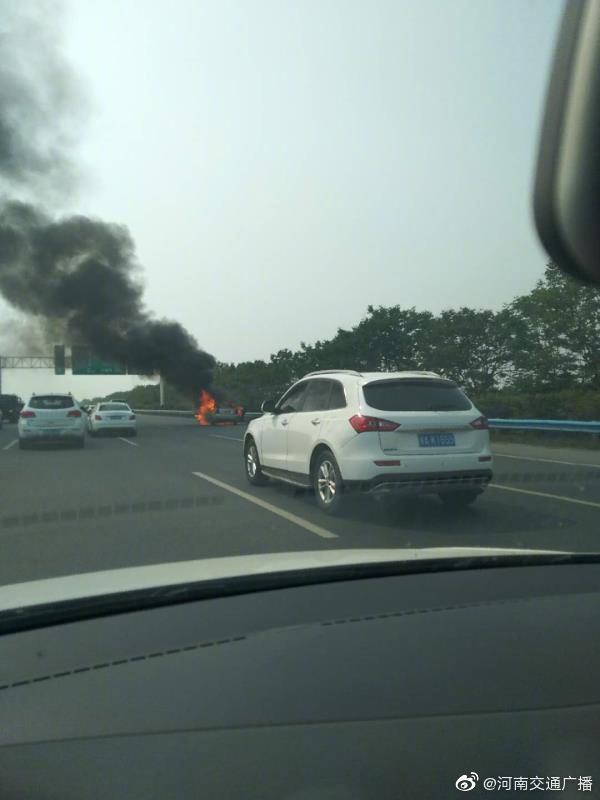 连霍高速郑州段一沃尔沃轿车自燃